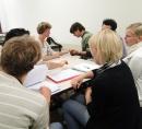 Bild: Studenten bei der Untersuchung der Hand